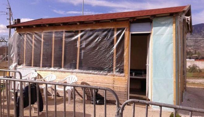 Με φωτιές ζεσταίνονται οι αστυνομικοί στο κέντρο κράτησης παράνομων μεταναστών στην Ξάνθη