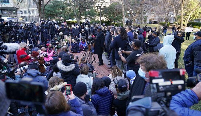 Συγκέντρωση ακτιβιστών έξω απο το δικαστήριο.