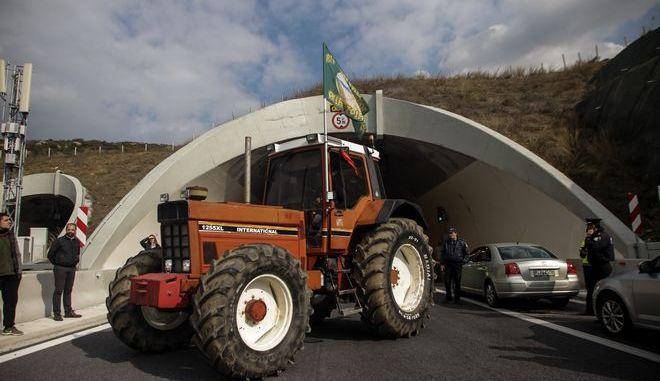 Αποκλεισμός των σηραγγών των Τεμπών από αγρότες του μπλόκου της Νίκαιας
