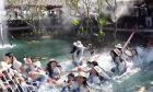 Κατέρρευσε γέφυρα ρίχνοντας τις υποψήφιες Μις Ταϊλάνδη σε βρώμικη λίμνη