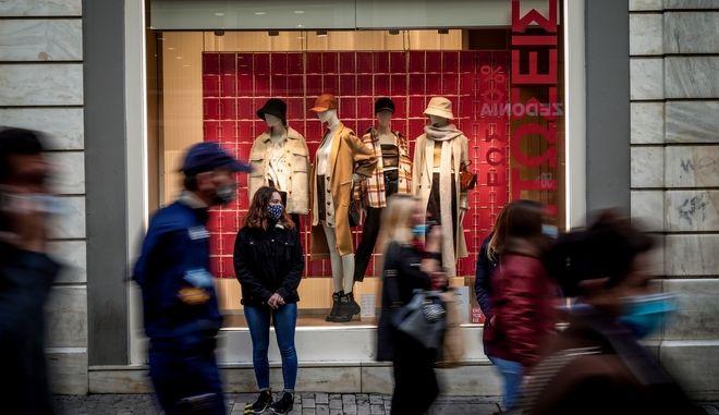 Ανοιχτά καταστήματα, στιγμιότυπα από την αγοραστική κίνηση στην οδό Ερμού