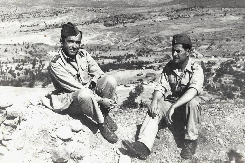 Ο πατέρας μου (αριστερά) μαζί με έναν στρατιώτη του, στις αρχές του 1941 στο αλβανικό μέτωπο.