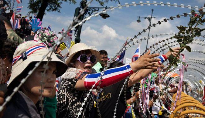 Ταϊλάνδη: Διαδηλωτές εισέβαλαν στο επιτελείο του στρατού