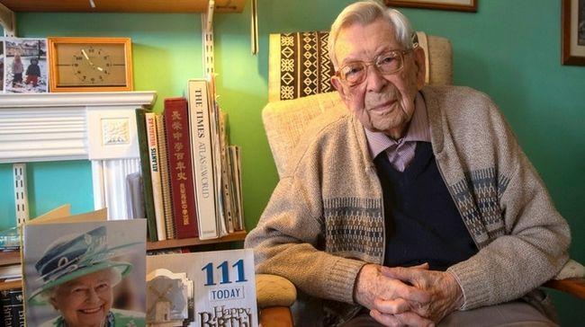 Ο κύριος  Weighton με την περσινή κάρτα γενεθλίων του από τη Βασίλισσα