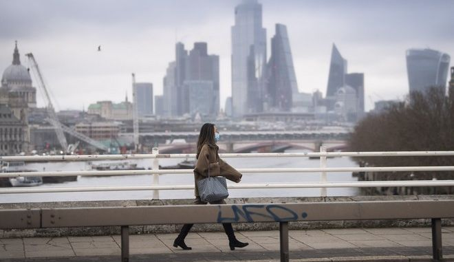 Γυναίκα με μάσκα περπατά στο Λονδίνο