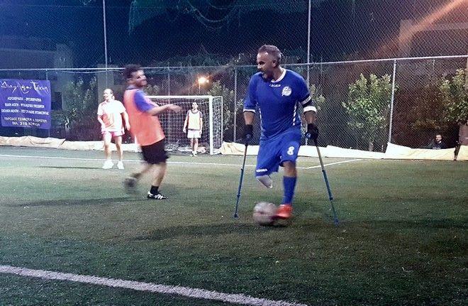 Παίζοντας ποδόσφαιρο με ένα πόδι