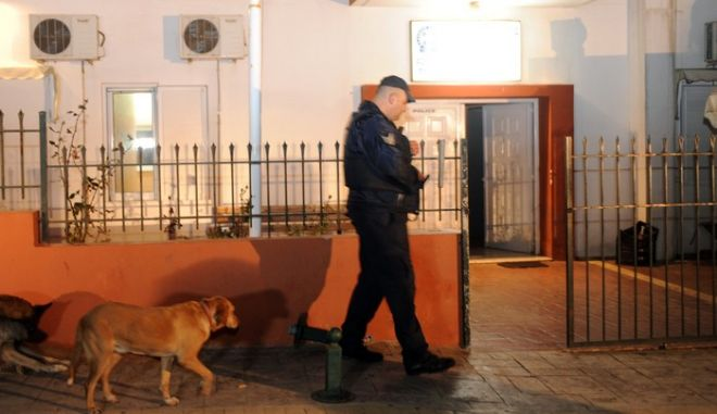 Ένοπλος αστυνομικός φρουρός έξω από το Αστυνομικό Τμήμα της Κερατέας όπου κρατείται ένας από τους απαγωγείς του επιχειρηματία Μανώλη Καραμολέγκου, την Τετάρτη 15 Ιανουαρίου 2014.(EUROKINISSIΑΝΤΩΝΗΣ ΝΙΚΟΛΟΠΟΥΛΟΣ)