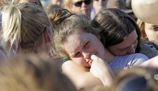 Μαθητές και μαθήτριες που είδαν να πέφτουν νεκροί φίλοι τους από τα πυρά του 17χρονου ελληνικής καταγωγής Δημήτρη Παγουρτζή, στο Λύκειο της Σάντα Φε στο Τέξας, κόβουν την ανάσα με τις περιγραφές τους.