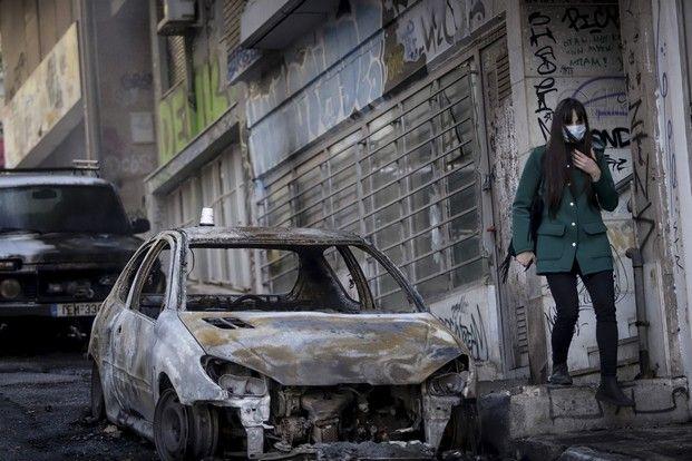 Η επόμενη ημέρα ων καταστροφών στα Εξάρχεια από τα επεισόδια στο τέλος της πορείας για την επέτειο των δέκα χρόνων από την δολοφονία του Αλέξη Γρηγορόπουλου