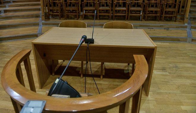 Εδώλιο σε αίθουσα δικαστηρίου - Φωτογραφία αρχείου
