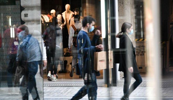 Στιγμιότυπα από τη χρήσης μάσκας σε εξωτερικούς χώρους στο κέντρο της Αθήνας.