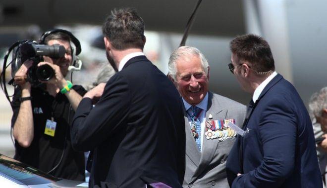Ο πρίγκιπας Κάρολος κατά την άφιξή του στο Ελευθέριος Βενιζέλος