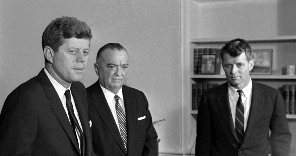 Ο πρόεδρος Τζον Κένεντι, ο Χούβερ και ο Γενικός Εισαγγελέας Ρόμπερτ Κένεντι το 1961 στον Λευκό Οίκο.