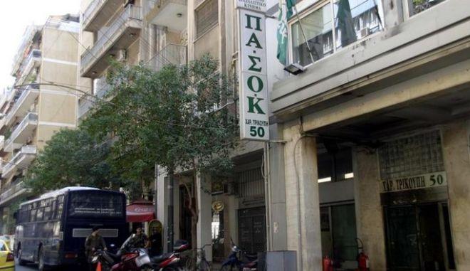 Επίθεση με μολότοφ στα γραφεία του ΠΑΣΟΚ. Κάηκε βαν της ΕΡΤ