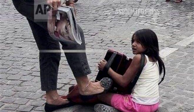 Καταδικάστηκε η γυναίκα που κλώτσησε κοριτσάκι που ζητιάνευε στην Ακρόπολη