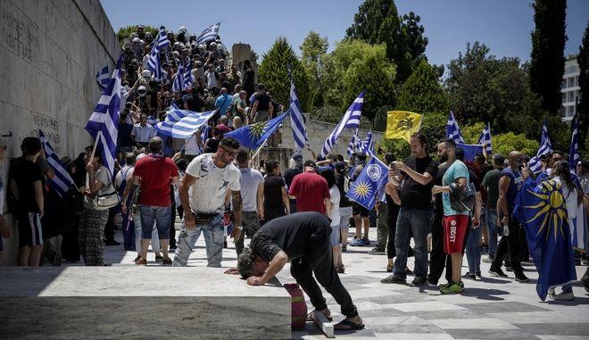 Διαμαρτυρία για τη συμφωνία Ελλάδας και ΠΓΔΜ  στο Σύνταγμα από την Επιτροπή Αγώνα για την ελληνικότητα της Μακεδονίας την Παρασκευή 15 Ιουνίου 2018. (EUROKINISSI/ΣΤΕΛΙΟΣ ΜΙΣΙΝΑΣ)