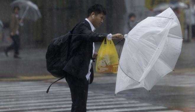 Φωτογραφία ενός άντρα από την ώρα του τυφώνα