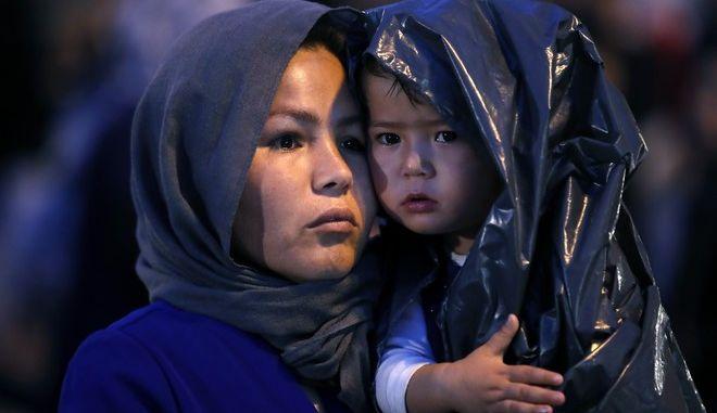 Αφγανοί πρόσφυγες στο λιμάνι του Πειραιά
