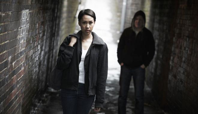 ΕΕ: 8 στις 10 νεαρές γυναίκες αποφεύγουν ορισμένους δημόσιους χώρους λόγω εγκληματικότητας