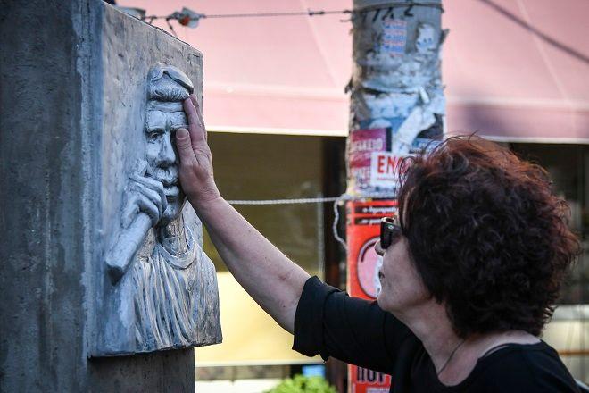 Η Μάγδα Φύσσα στο μνημείο του γιού της Παύλου