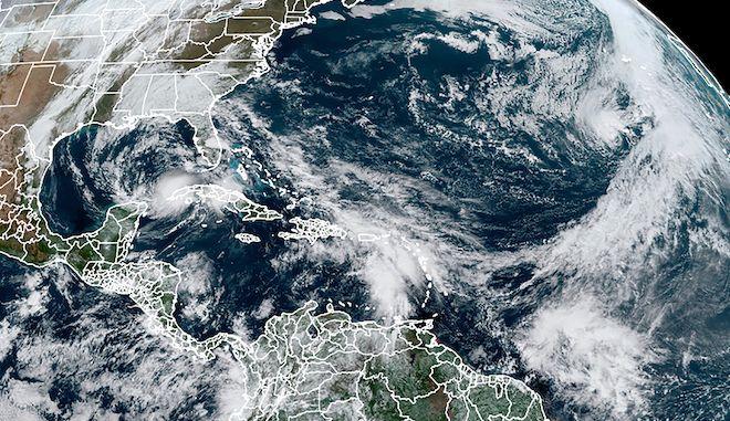 Την Τρίτη, 10 Νοεμβρίου 2020, η δορυφορική εικόνα δείχνει τον τυφώνα ETA στον Κόλπο του Μεξικού, τον τυφώνα Θήτα, δεξιά, και ένα κύμα προς τα νότια, την τροπική καταιγίδα Iota.