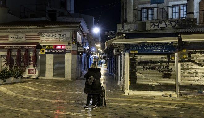 Η εικόνα ερημία στην Πλατεία Μοναστηρακίου λόγω του lockdown.