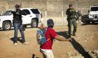 Αμερικανοί πράκτορες σταματούν έναν μετανάστη από την κεντρική Αμερική στο πέρασμα της Τιχουάνα