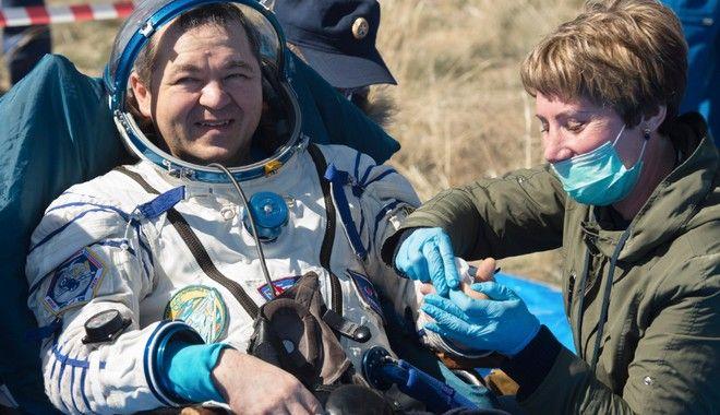 Επέστρεψαν στη Γη οι αστροναύτες του Soyuz και βρήκαν έναν κόσμο διαφορετικό