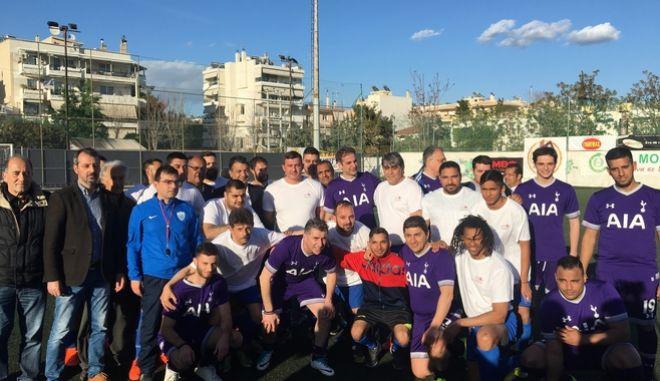 Φωτογραφία των ομάδων ποδοσφαίρου της ΝΔ και της Συνομοσπονδίας Ελλήνων Ρομά