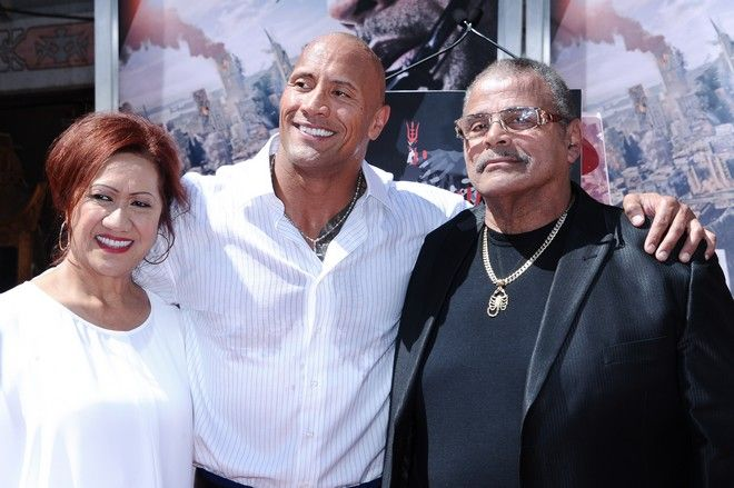 O Dwayne Johnson με τη μητέρα του και τον Rocky Joh