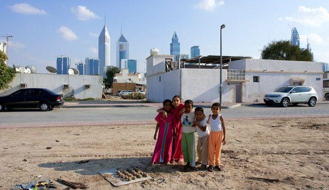 Δύο κόσμοι σε απόσταση λίγων μέτρων. Φτωχά παιδιά στο Ντουμπάι