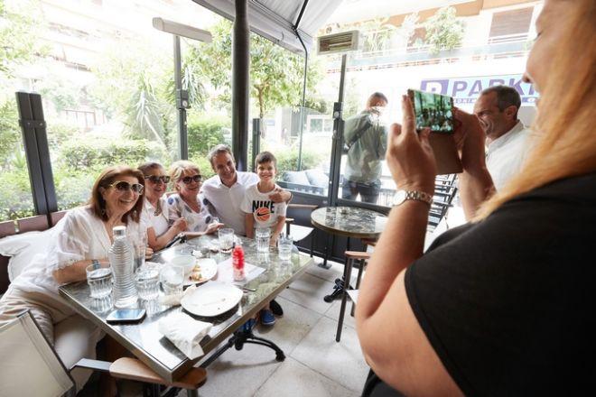 Γεύμα του προέδρου της Νέας Δημοκρατίας Κυριάκου Μητσοτάκη με δημοσιογράφους και συνεργάτες σε κατάστημα στο Παγκράτι το Σάββατο 6 Ιουλίου 2019. (EUROKINISSI/ΓΡΑΦΕΙΟ ΤΥΠΟΥ ΝΔ/ΔΗΜΗΤΡΗΣ ΠΑΠΑΜΗΤΣΟΣ)
