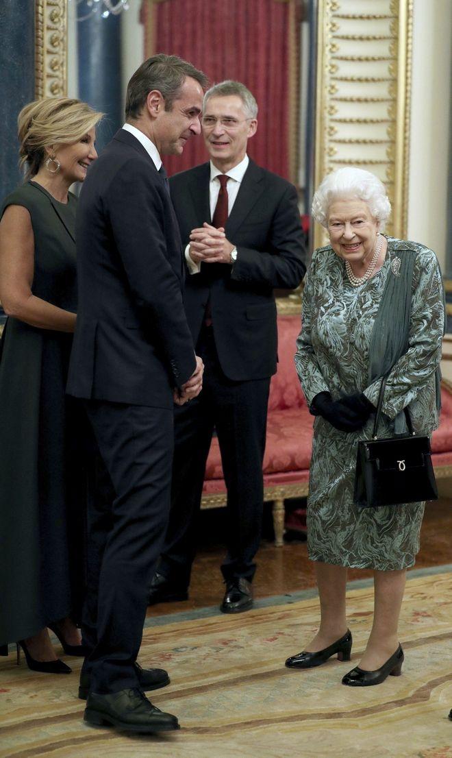 Η Βασίλισσα Ελισάβετ με τον Κυριάκο Μητσοτάκη στο παλάτι του Μπάκιγχαμ