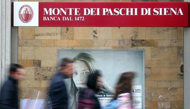 La filiale del Monte dei Paschi di Siena in via Manzoni, a Milano, dove si è riunito il cda della banca, 19 dicembre 2016. ANSA/MATTEO BAZZI