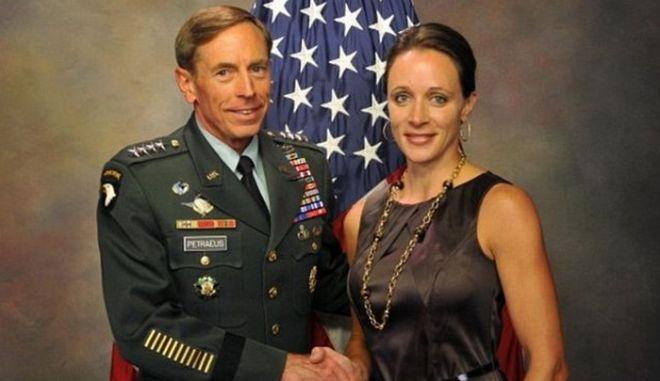 Ποια είναι η ερωμένη του Πετρέους της CIA που τον οδήγησε σε παραίτηση