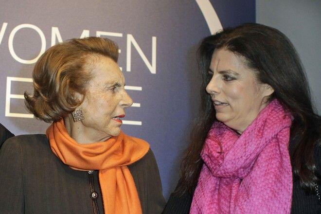 Η κόρη του ιδρυτή της L'Oreal και κληρονόμος του, Liliane Bettencourt (αριστερά) με την κόρη της, Francoise Bettencourt Meyers, στις 3/3 του 2011.