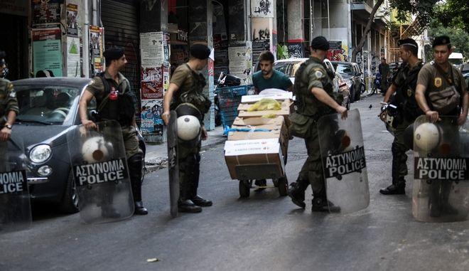 Επιχείρηση της Ελληνικής Αστυνoμίας σε τέσσερα υπό κατάληψη κοντά στην πλατεία Εξαρχείων