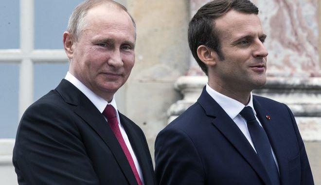 Ο Βλάντιμιρ Πούτιν και ο Εμανουέλ Μακρόν κατά την τελευταία επίσκεψη του πρώτου στο Παρίσι