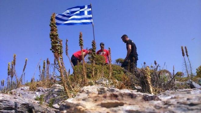 Κάτοικοι των Φούρνων βάζουν την ελληνική σημαία στον Μικρό Ανθρωποφάγο