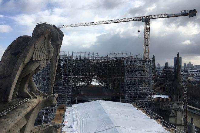 Ένα άγαλμα gargoyle στην Notre Dame, Παρίσι, 9 Μαρτίου 2020