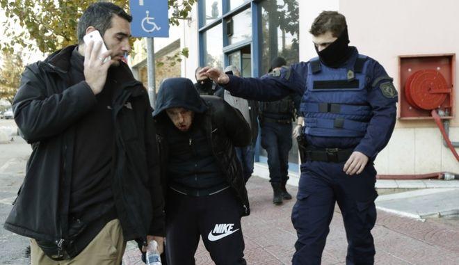 Απόπειρα απόδρασης κρατουμένων που μεταφέρονταν με αυτοκίνητο της ασφάλειας έγινε μπροστά στην Τροχαία Αθηνών στην οδό δεληγιάννη στο κέντρο της Αθήνας.Ενας από τους συνοδούς αστυνομικούς καταδίωξε τον κρατούμενο,υπήρξε ανταλλαγή πυροβολισμών και τελικά συνελήφθη εκ νέου,Παρασκευή 12 ιανουαρίου 2018 (EUROKINISSI/ΓΙΑΝΝΗΣ ΠΑΝΑΓΟΠΟΥΛΟΣ)