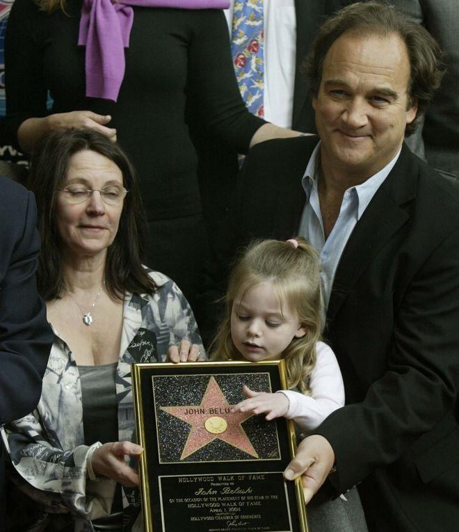 Ο, επίσης ηθοποιός, αδελφός του, Jim Belushi, η κόρη του, Jamison, και η Judy Belushi Pisano, σύζυγος του αείμνηστου John Belushi.