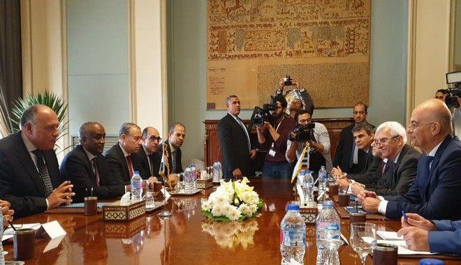 Ο υπουργός Εξωτερικών Νίκος Δένδιας κατά την συνάντηση με τον Αιγύπτιο ομόλογό του