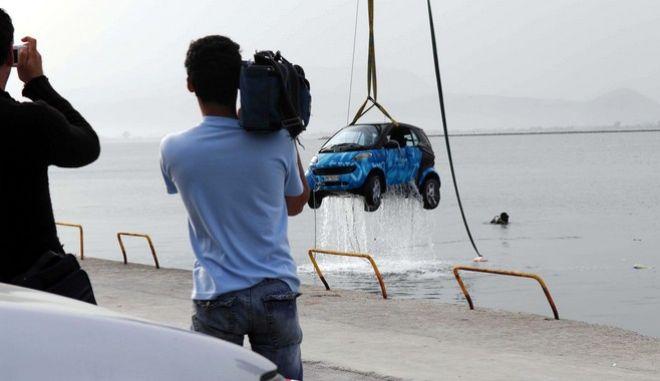 Η οδηγός άφησε χωρίς χειρόφρενο το αυτοκίνητό της στο λιμάνι του Ναυπλίου με αποτέλεσμα αυτό να κυλήσει και να πέσει στην θάλασσα, Μ. Δευτέρα 21 Απριλίου 2008.