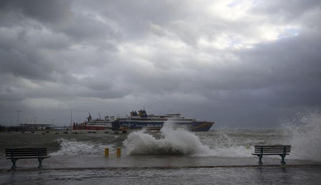 Κύματα στο λιμάνι της Ραφήνας