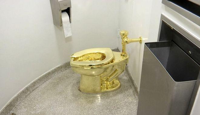 Η 18 καρατίων τουαλέτα σε εικόνα του 2016 όταν είχε εκτεθεί στο μουσείο Γκούγκενχαϊμ στη Νέα Υόρκη