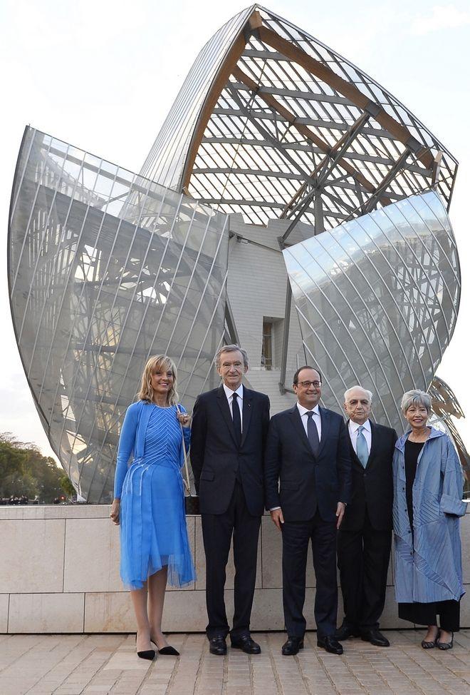 Ο Μπερνάρ Αρνό με την σύζυγό του Ελέν Μερσιέ, τον Αμερικανό αρχιτέκτονα Φρανκ Γκέρι και τον τότε πρόεδρο της Γαλλίας Φρανσουά Ολάντ στο ίδρυμα Louis Vuitton τον Οκτώβριο του 2014