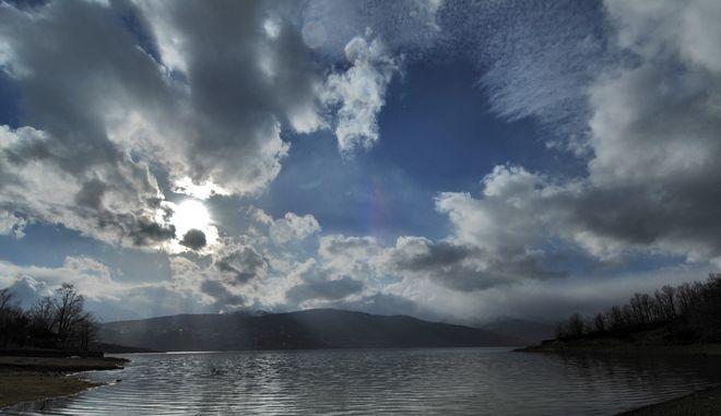 Σύννεφα πάνω από την λίμνη Πλαστήρα με φόντο τις κορυφές των Αγράφων πάνω από το χωριό Νεοχώρι. (EUROKINISSI/ΘΑΝΑΣΗΣ ΚΑΛΛΙΑΡΑΣ)
