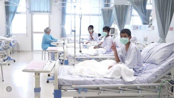 Τα παιδιά στο νοσοκομείο μετά τη διάσωση από το σπήλαιο