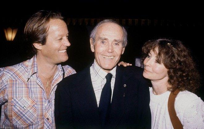 16 Μαΐου 1980 - Ο θρύλος του κινηματογράφου Χένρι Φόντα, γιορτάζει τα 75α γενέθλιά του. Στο πλευρό του ο γιος του, Πίτερ και η σύζυγός του, Σίρλεϊ